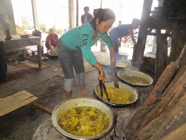 Theo bà Nguyệt, trong các công đoạn thì xào gừng trên bếp lửa là khâu quyết định mứt ngon hay dở, để được lâu dài hay không. Thường phải mất 40-45 phút xào gừng.