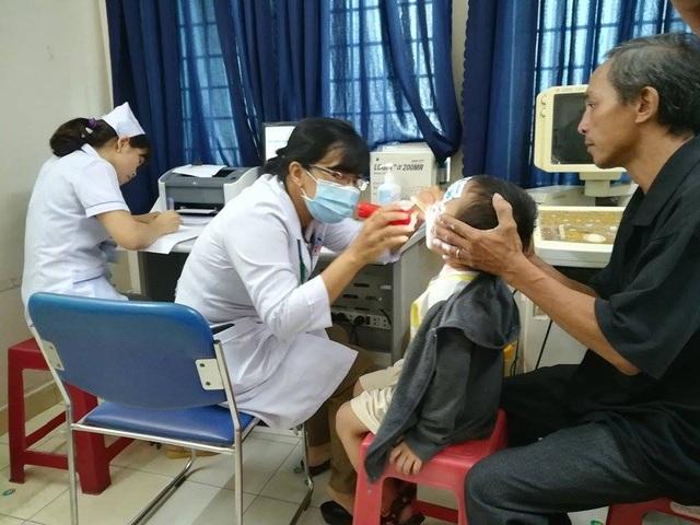 Khám sức khỏe cho trẻ trong vụ bạo hành ở cơ sở mầm non Mầm Xanh.