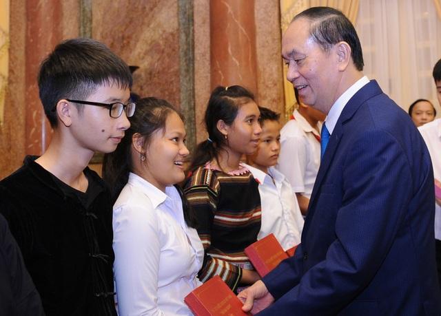 Chủ tịch nước Trần Đại Quang tặng quà cho các em học sinh có hoàn cảnh khó khăn.