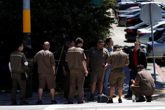 Các nhân viên mặc đồng phục của UPS tập trung bên ngoài tòa nhà sau khi vụ xả súng xảy ra (Ảnh: Reuters)