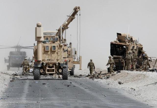 Tính đến tháng 10 năm nay, Mỹ sẽ có 16 năm tham chiến tại chiến trường Afghanistan. Chưa đầy một tháng sau cuộc tấn công khủng bố rúng động thế giới vào ngày 11/9/2001, chính quyền của cựu Tổng thống George W. Bush đã thông báo về các cuộc tấn công đầu tiên tại Afghanistan, mở đầu cho cuộc chiến dài hơi nhất trong lịch sử nước Mỹ. Trong ảnh: Các binh sĩ Mỹ đánh giá thiệt hại nhằm vào một xe bọc thép của liên quân do NATO dẫn đầu sau cuộc tấn công liều chết ở tỉnh Kandahar, Afghanistan tháng 8/2017.