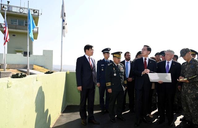 Hai bộ trưởng Quốc phòng Mỹ và Hàn Quốc đứng trên đài quan sát tại làng đình chiến Panmunjom ở khu DMZ (Ảnh: Reuters)