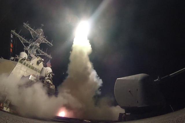 Tên lửa hành trình phóng đi từ tàu chiến Mỹ ở Địa Trung Hải nhằm vào căn cứ không quân Syria rạng sáng 7/4. (Ảnh: AFP)