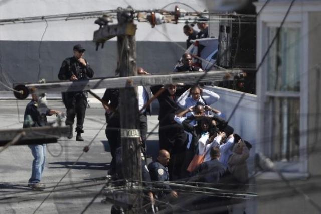 Cảnh sát sơ tán người dân khỏi khu vực xảy ra vụ xả súng ở cơ sở của hãng UPS tại San Francisco (Ảnh: Reuters)