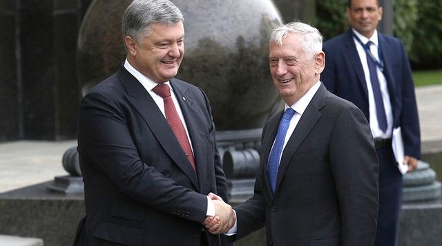 Tổng thống Ukraine Petro Poroshenko (trái) bắt tay Bộ trưởng Quốc phòng Mỹ James Mattis trong cuộc gặp tại Kiev ngày 24/8 (Ảnh: AFP)