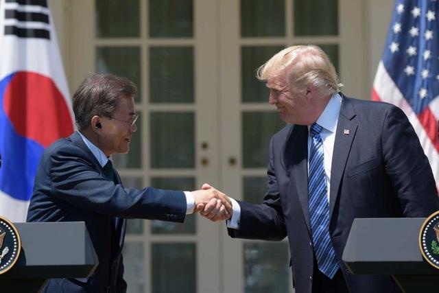 Tổng thống Mỹ Donald Trump và Tổng thống Hàn Quốc Moon Jae-in (Ảnh: Reuters)