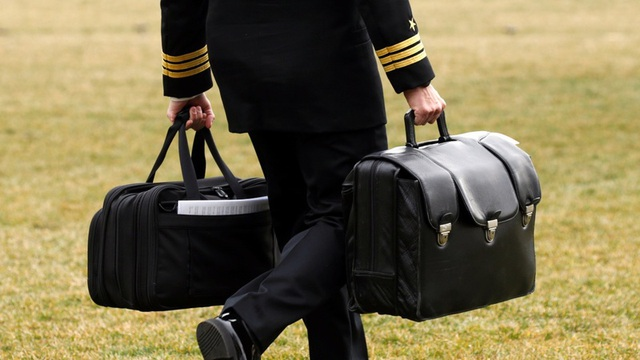 Một sĩ quan Mỹ mang theo vali hạt nhân luôn đi cạnh Tổng thống Mỹ. (Ảnh: Reuters)