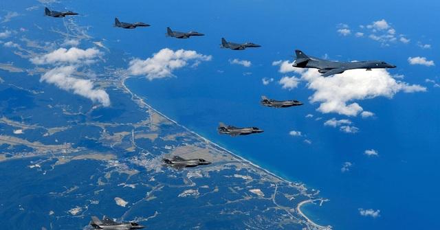Các máy bay ném bom B-1B và máy bay chiến đấu F-35B của Không quân Mỹ diễn tập cùng các máy bay chiến đấu F-15K của Không quân Hàn Quốc tại Gangwon-do, Hàn Quốc ngày 18/9 (Ảnh: Reuters)