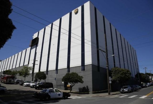 Xe tuần tra của cảnh sát đỗ bên ngoài tòa nhà của UPS ở San Francisco (Ảnh: Reuters)