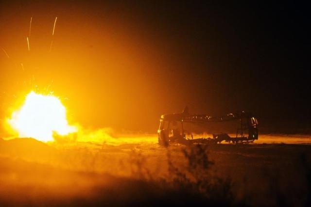 Tính đến nay, cuộc chiến tại Afghanistan đã kéo dài qua 3 đời tổng thống Mỹ. Hiện có gần 8.400 quân nhân Mỹ đang tham chiến tại Afghanistan với 2 sứ mệnh chính là tiến hành các chiến dịch chống khủng bố nhằm vào 2 tổ chức khủng bố al Qaeda và IS, đồng thời huấn luyện cho lực lượng vũ trang Afghanistan. Trong ảnh: Các binh sĩ Mỹ phóng rocket gần một xe buýt bị phá hủy tại căn cứ Gamberi ở tỉnh Laghman, Afghanista năm 2014.