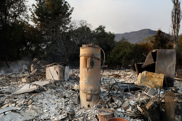 Nhiều ngôi nhà và cơ sở kinh doanh đã bị thiêu rụi dưới sức nóng của đám cháy.