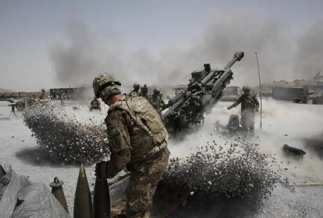 Cuộc chiến Afghanistan đã tiêu tốn của chính phủ Mỹ khoảng 800 tỷ USD. Nếu tính thêm các chi phí hỗ trợ khác như chăm sóc cựu binh thì con số này có thể lên tới 1.000 tỷ USD. Trong ảnh: Binh sĩ Mỹ kéo pháo trong chiến dịch chống khủng bố ở khu vực Panjwai, tỉnh Kandahar phía nam Afghanistan.