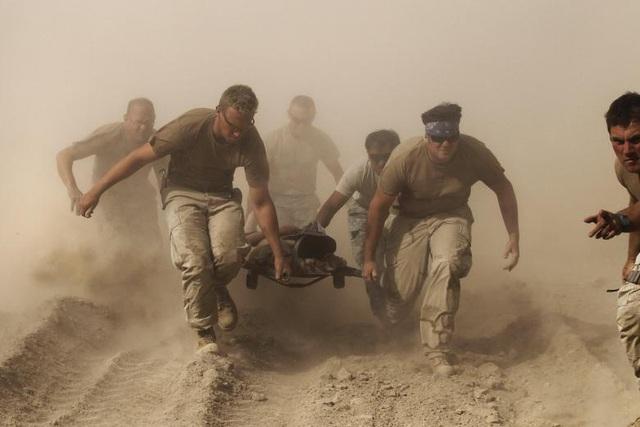 Tổng thống Donald Trump hôm nay 22/8 tuyên bố sẽ tăng quân số lính Mỹ tại Afghanistan và đây là một phần trong chiến lược mới của Mỹ tại khu vực này. Nhà lãnh đạo Mỹ không đồng tình với việc nhanh chóng rút khỏi cuộc chiến dài hơi nhất trong lịch sử Mỹ. Trong ảnh: Các binh sĩ Hải quân Mỹ khiêng cáng chở một đồng đội bị thương sau vụ nổ ở tỉnh Kandahar năm 2010.