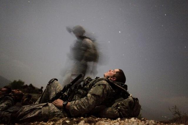 Dù Tổng thống Trump không tiết lộ số lượng binh sĩ dự kiến bổ sung tới Afghanistan, song Bộ trưởng Quốc phòng Mỹ James Mattis đã đề xuất kế hoạch gửi 4.000 binh sĩ, giúp tăng gấp rưỡi quy mô lính Mỹ hiện đang triển khai tại quốc gia này. Trong ảnh: Một binh sĩ Mỹ chợp mắt trong một ca gác tối tại thung lũng Pesh ở tỉnh Kunar năm 2009.