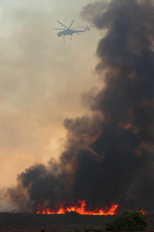 Theo Reuters, do tác động của gió mạnh nên đám cháy đã lan rộng ra nhiều khu vực tại bang California trong ngày 9/10, khiến ít nhất 10 người thiệt mạng và khoảng 20.000 người khác phải rời bỏ nhà cửa đi sơ tán.