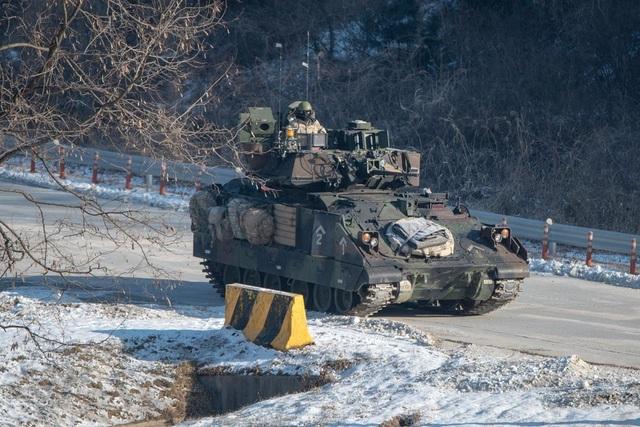 Hiện Mỹ duy trì khoảng 28.500 binh sĩ tại Hàn Quốc và thường xuyên tiến hành các cuộc tập trận với quân đội nước này. Bình Nhưỡng nhiều lần cáo buộc các cuộc tập trận này là để tập dượt cho kịch bản tấn công nhằm vào Triều Tiên và dọa sẽ sử dụng các biện pháp quân sự để đáp trả.