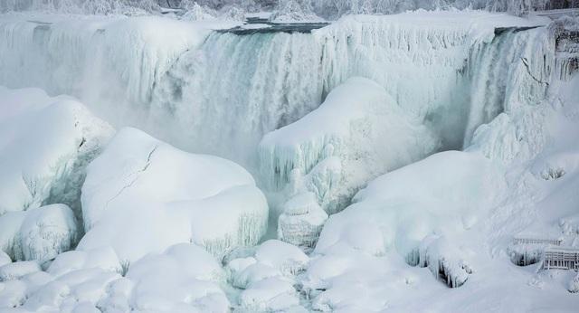 Thác nước Niagara, thắng cảnh nổi tiếng nằm ở biên giới Mỹ Canada đã biến thành cột băng khổng lồ trong điều kiện nhiệt độ thấp. (Ảnh: Sputnik)