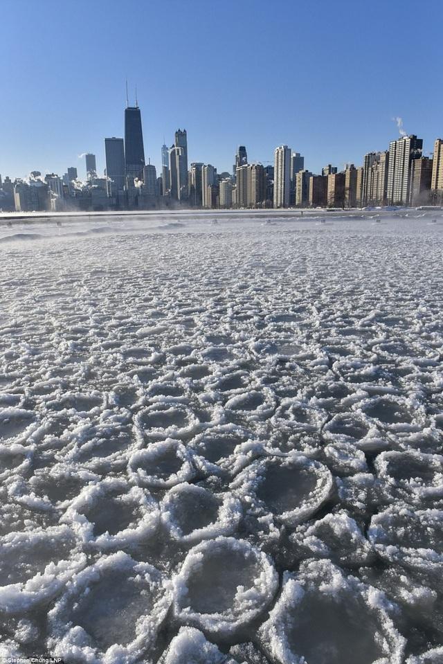 Băng đóng thành từng tảng hình tròn do tác động của gió tại khu vực vịnh gần bãi biển North Avenue, Chicago. (Ảnh: LNP)
