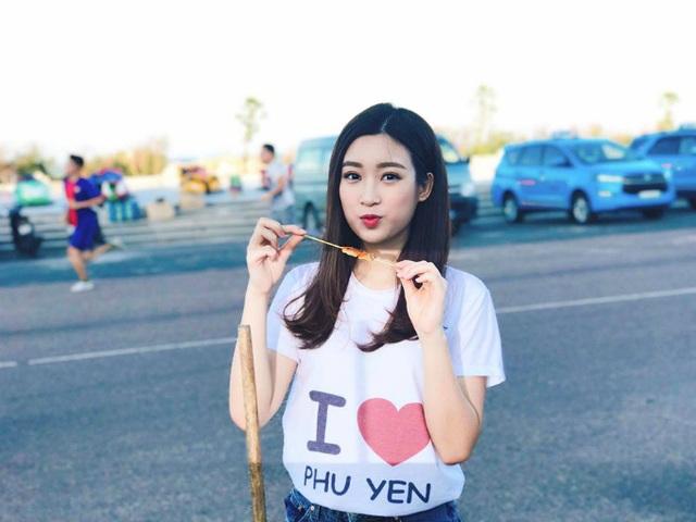 Hoa hậu Mỹ Linh ăn quà vặt lề đường ở Phú Yên. Cô viết status ăn theo bộ phim đình đám: Tôi thấy hoa hậu ăn vặt ở Phú Yên. Xiên que ngon quá.