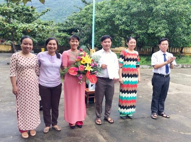 10 năm công tác, cô Mỹ Linh (ôm hoa) luôn nỗ lực đạt thành tích cao trong giảng dạy.