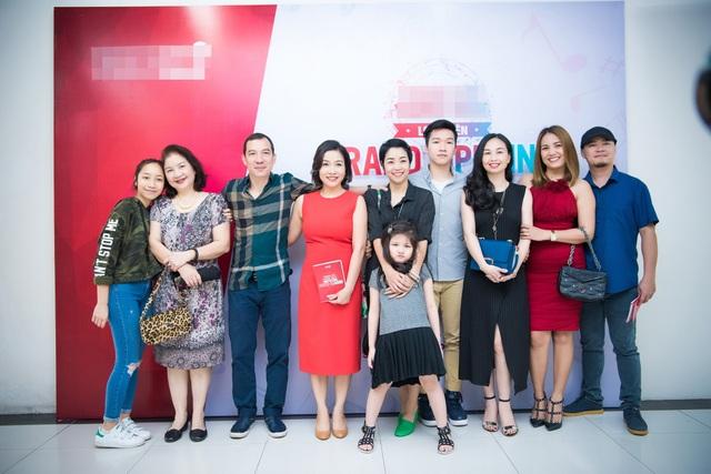 Vợ chồng diva Mỹ Linh đã nhận được rất nhiều tình cảm từ phía người thân, bạn bè và đồng nghiệp trong ngày khai trương.