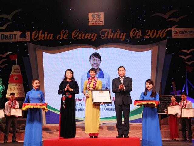 Cô giáo Quảng Nam nhận bằng khen của Bộ GD&ĐT năm 2016 vì cống hiến cho công tác giáo dục ở vùng hải đảo.