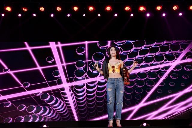 Nữ ca sĩ nhí nhảnh cởi áo, khoe bờ vai và vòng eo con kiến khiến khán giả phấn khích