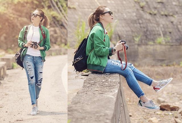 """Mỹ Tâm trẻ trung và năng động bất ngờ khi diện áo phông trắng và quần jeans đơn giản. """"Nữ phượt thủ"""" cột tóc cao và sành sỏi kết hợp thêm những items thời trang khác gồm kính mắt, áo khoác xanh và đôi giày hàng hiệu đắt tiền."""