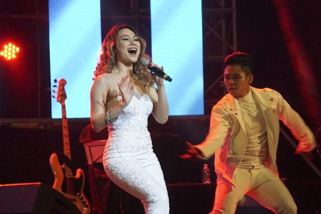 Nữ ca sĩ có màn trình diễn sôi động, rất đẹp mắt. Trước đó, Mỹ Tâm có màn giao lưu hài hước với các fan nhí của ca sĩ Sơn Tùng.