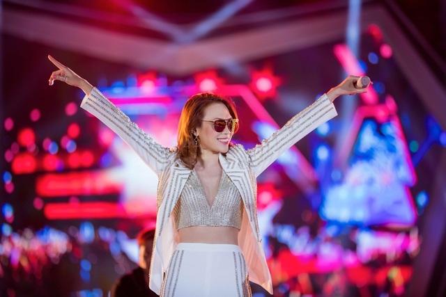 Là nữ ca sĩ đảm nhận vị trí đinh của chương trình, Mỹ Tâm xuất hiện với trang phục mang phong cách menswear.