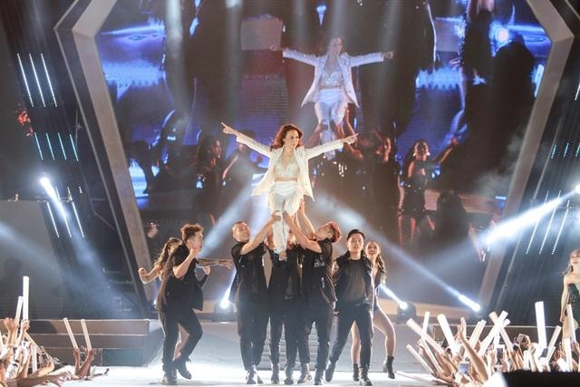 Vươn lên dẫn đầu ở Hoa hậu Hoàn vũ, Hoàng Thùy, Mâu Thủy lại đọ vẻ sexy - 20