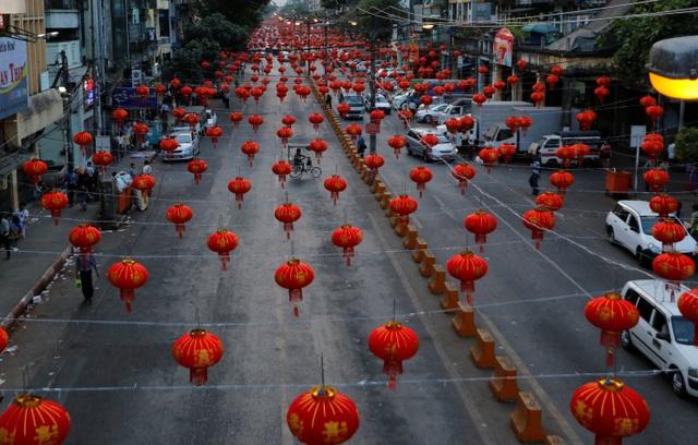 Đèn lồng giăng kín một tuyến phố của người Trung Quốc ở Myanmar trong những ngày năm hết, Tết đến (Ảnh: Reuters)