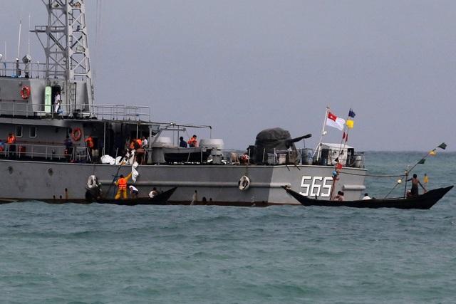 Myanmar đã huy động 9 tàu hải quân và các máy bay trực thăng để phục vụ cho công tác tìm kiếm và cứu hộ. Ngoài ra, các tàu cá của ngư dân địa phương cũng tham gia tìm kiếm. Tuy nhiên, công việc này hiện đang gặp khó khăn do điều kiện thời tiết xấu ở vùng biển Andaman. Trong ảnh: Các tàu cá cỡ nhỏ nhận thi thể các nạn nhân từ các tàu hải quân để đưa vào bờ.