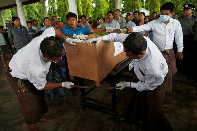 Vào thời điểm mất tích, máy bay chở theo 122 người gồm 108 hành khách và 14 thành viên phi hành đoàn. Trong số 108 hành khách có 15 trẻ em, 58 người lớn là thân nhân của các sĩ quan cùng với 35 binh sĩ.