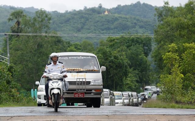 Ngày 9/6, hơn 100 người thân và bạn bè của 10 nạn nhân được tìm thấy sau vụ máy bay quân sự Myanmar mất tích đã tập trung tại nghĩa trang Dawei để tổ chức một lễ tang tập thể. Các nhà sư cũng đã đến cầu nguyện cho các nạn nhân trước khi thi thể của họ được hỏa táng. Trong ảnh: Đoàn xe chở thi thể và người nhà các nạn nhân tới khu vực tổ chức tang lễ và hỏa táng.
