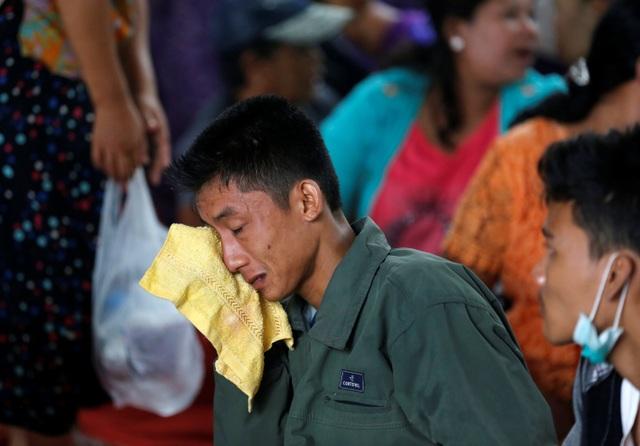 Sự đau buồn hiện rõ trên gương mặt của người nhà các nạn nhân trong lễ tang tập thể.