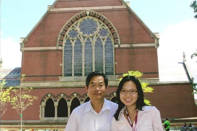 Ngọc và bố ở khuôn viên ĐH Harvard.