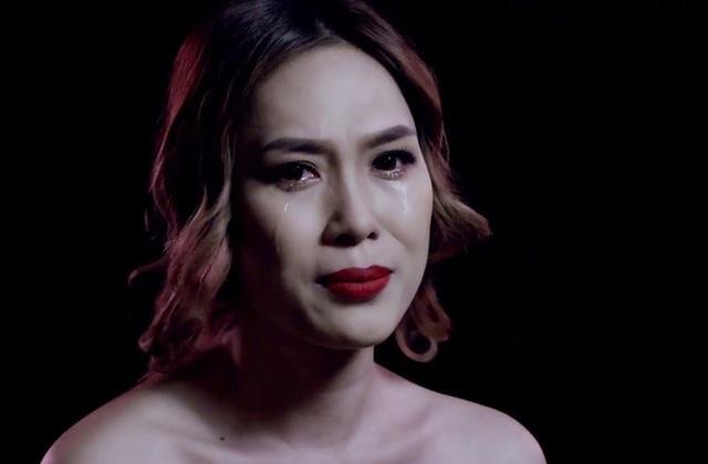 Ấn tượng với khán giả trong sản phẩm lần này chính là biểu cảm của nữ ca sĩ không ngừng rơi nước mắt khi hát về cuộc tình tan vỡ và trở thành người thứ 3.