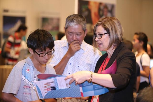 Quốc Anh cùng bố tham dự sự kiện để tìm kiếm cơ hội du học New Zealand