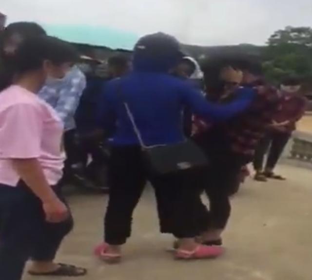 Chỉ đến khi một người phụ nữ đến thì hai nữ sinh kia mới chịu dừng lại.