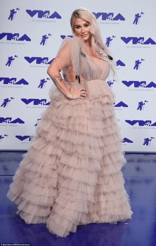 Kesha và bộ đồ khó hiểu