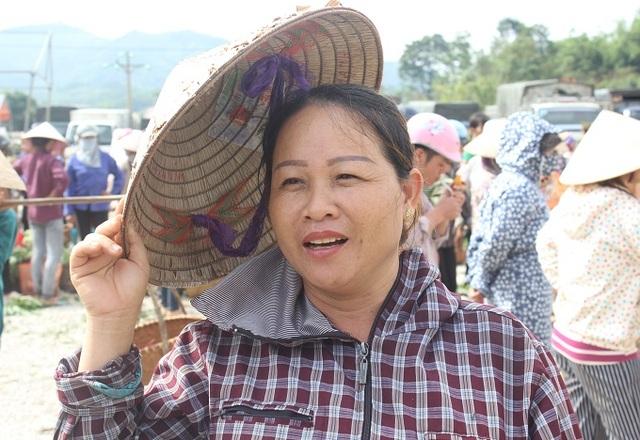 Cô Lâm Thị Hạnh, 47 tuổi - một người dân đem na ra chợ bán cho biết: Giá bán loại na to, đẹp có thể lên tới 40-50 nghìn/kg. Chúng tôi bán cho cả bên Trung Quốc, nhưng người ta chỉ thu mua na quả loại vừa, không mua loại to