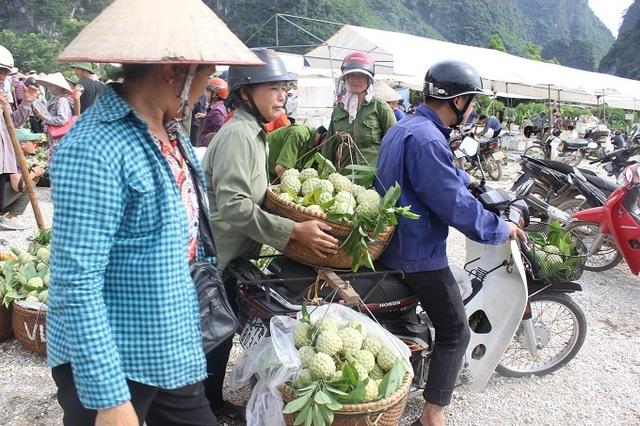 Hàng trăm hộ dân nườm nượp mang na tập trung về khu chợ tạm, chợ na Đồng Bành để bày bán