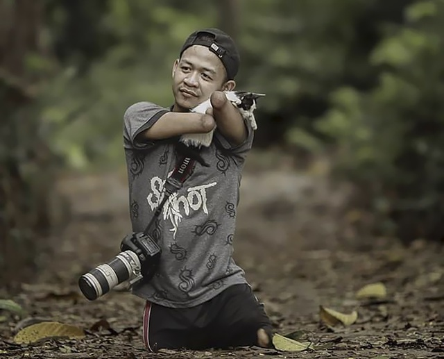 Bị khiếm khuyết trên cơ thể nhưng không cản được niềm đam mê nhiếp ảnh của Achmad Zulkarnain.