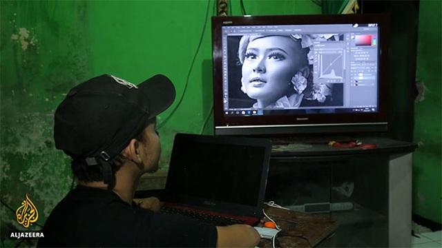 Sau khi chụp ảnh, Achmad Zulkarnain xử lý hình ảnh trên máy tính như những nhiếp ảnh gia chuyên nghiệp.