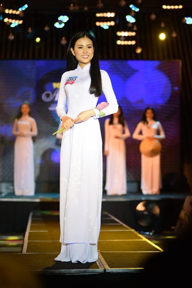 Thanh Hằng có chiều cao lý tưởng 1m70 khi mới 16 tuổi