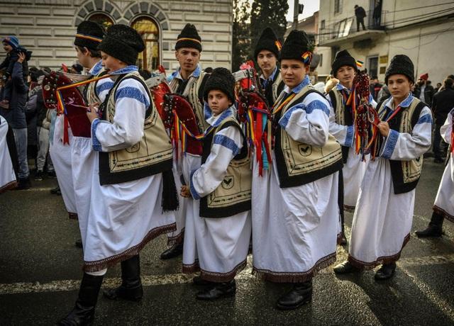 """Người dân nhảy điệu """"Caluseii"""" (Chú ngựa nhỏ) tại lễ hội đón mùa đông và năm mới ở thành phố Vatra Dornei, Romania (Ảnh: AFP)"""