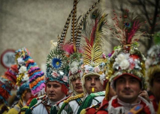 Những người đàn ông đội mũ sặc sỡ tại lễ hội ở Romania chào đón năm mới 2018. (Ảnh: AFP)