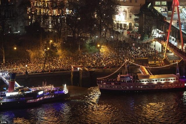 Thuyền chở du khách lướt trên sông Thames trong đêm giao thừa (Ảnh: PA)