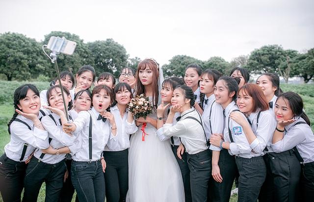 Nhận thấy hiện tượng âm thịnh dương suy tồn tại suốt 3 năm học cấp 3, các cô gái lớp chuyên Văn đã nảy ra ý tưởng chụp ảnh kỷ yếu độc đáo này.